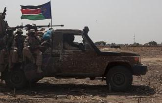 SPLA soldiers drive to the frontline at Mathiang from their military base in Bor, South Sudan, January 26, 2014. The government and rebels in South Sudan traded accusations on Saturday of breaking a ceasefire deal supposed to calm violence that has driven half a million people from their homes. Picture taken January 26, 2014. REUTERS/George Philipas (SOUTH SUDAN - Tags: CIVIL UNREST POLITICS CRIME LAW)