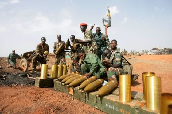 Ethiopian rebels posting for a picture with their weapons(Photo: via Freedom for Ethiopian)
