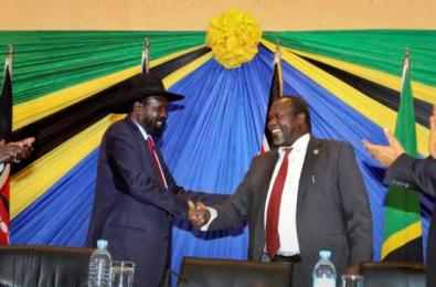 South Sudanese president Salva Kiir (L) shakes hands with rebel leader and former vice-president Riek Machar after signing an agreement at the end of talks ...(file by Nyamilepedia)