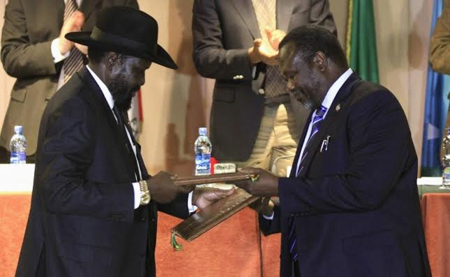 Leaders of the South Sudan's warring factions, Dr. Riek Machar and Salva Kiir Mayardiit exchange documents after signing of an agreement in Addis Ababa, Ethiopia(Photo: file)