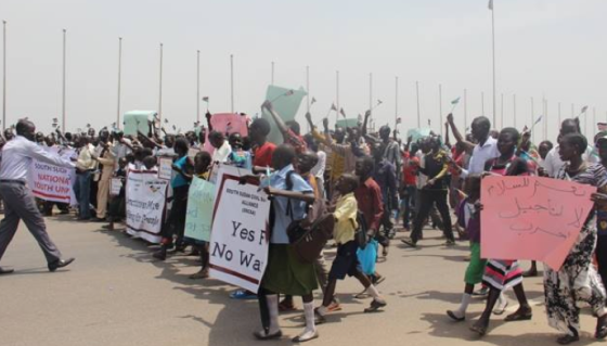 South Sudanese demonstrate in Juba against threats of sanctions and armed embargo on the warring parties. While the SPLM-Juba opposes sanctions, SPLM-IO encourages(Photo: via Radio Tamazuj)