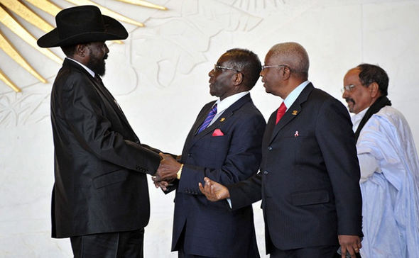 President Salva Kiir of South Sudan greets Zimbabwe's president, Robert Mugabe , and the president of Mozambique, Armando Emilio Guebuza during the AU meeting in January, 2012(Photo credits: Jacoline Prinsloo/EPA)