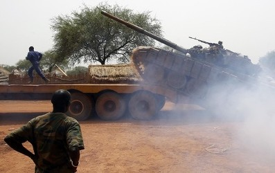 South Sudan's army, or the SPLA, soldiers load a Soviet-made T-72 tank into a truck in Halop, Unity state, April 24, 2012.   REUTERS/Goran Tomasevic (SOUTH SUDAN - Tags: POLITICS CIVIL UNREST MILITARY)